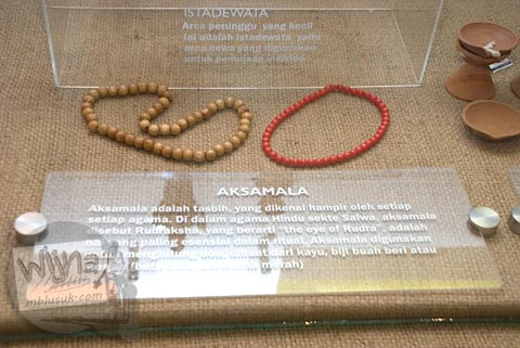 Foto koleksi aksesoris tasbih ritual ibadah Hindu di Museum Dieng Kailasa, Banjarnegara tahun 2008