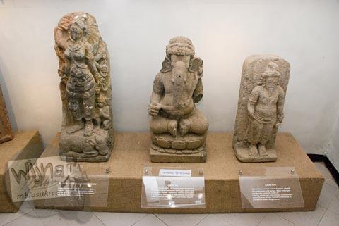 Foto koleksi arca Durga, Ganesha, dan Agastya di Museum Dieng Kailasa, Banjarnegara tahun 2008