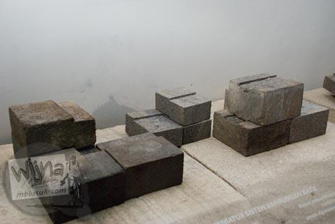 Foto peraga susunan batu candi kait di Museum Dieng Kailasa, Banjarnegara tahun 2008