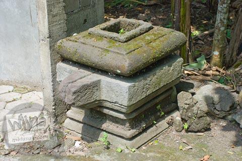 Foto peninggalan purbakala berwujud yoni di Situs Jetis di Argomulyo, Cangkringan, Sleman, Yogyakarta pada tahun 2009