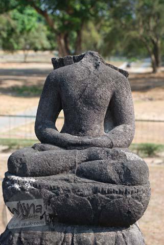 Foto Arca Buddha Tanpa Kepala di Candi Bubrah, Prambanan, Jawa Tengah pada September 2009