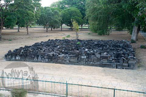 Foto Reruntuhan Batu di sekitar Candi Bubrah, Prambanan, Jawa Tengah pada September 2009