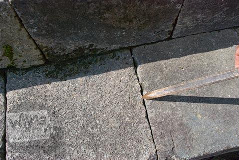 Foto Sela Sempit Antar Batu di Candi Lumbung, Prambanan Dipugar pada April 2009