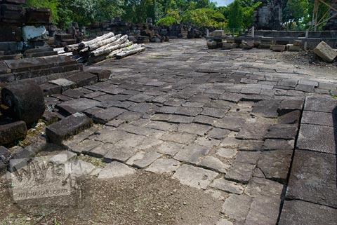 Foto Kondisi Struktur Tanah di Candi Lumbung, Prambanan Dipugar pada April 2009