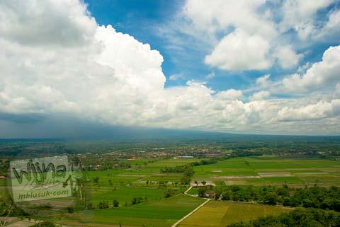 Pemandangan Sawah, Gunung Merapi dan Candi Prambanan dari atas bukit Candi Miri di tahun 2008