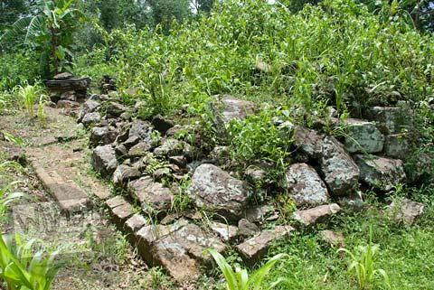 Foto Reruntuhan Candi Miri yang tersembunyi dalam hutan di atas perbukitan Prambanan, Yogyakarta di tahun 2008
