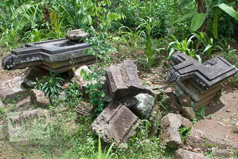 Foto dua yoni retak yang ada di lokasi Candi Miri di Prambanan, Yogyakarta di tahun 2008