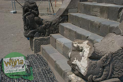 Foto Makara Candi Garuda Rusak di Candi Prambanan pada 2009