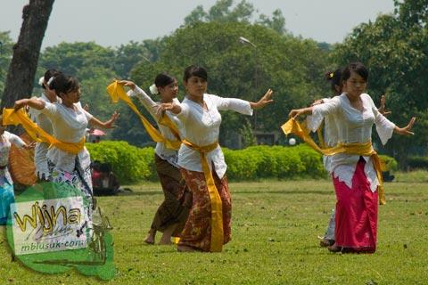 Foto Penari Perawan beraksi di Happening Art Candi Prambanan pada 2009