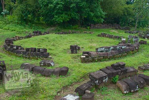 Foto Batu-batu yang disusun membentuk lingkaran di Situs Dawangsari, Sambirejo, Prambanan, pada bulan Februari 2009
