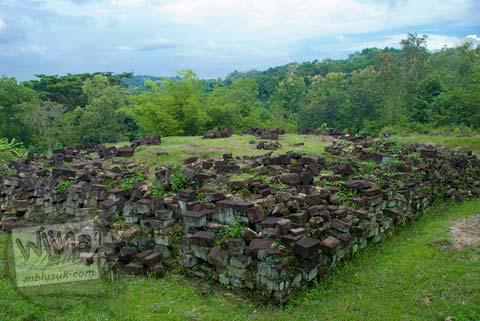 Foto Kelompok batu yang membentuk semacam pagar di Situs Dawangsari, Sambirejo, Prambanan, pada bulan Februari 2009