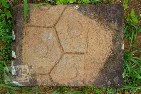 Foto Batu dengan corak tegel, belum pernah tahu di Situs Dawangsari, Sambirejo, Prambanan, pada bulan Februari 2009