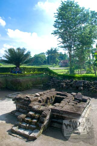Foto tampak muka Candi Gampingan, Piyungan, Bantul tahun 2008