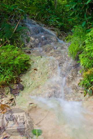Foto sungai mirip air terjun di dekat Candi Gembirowati, Purwosari, Gunungkidul tahun 2009