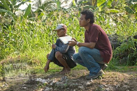 Foto Pak Tugiman juru kunci Candi Gembirowati, Purwosari, Gunungkidul tahun 2009