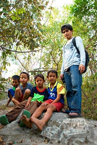 Anak-anak desa yang menemani kami menjelajah situs Candi Abang, Berbah pada Juli 2008