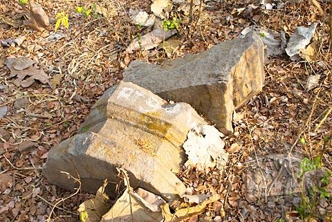 Lapik arca dari batu andesit yang masih terpendam tanah di situs Candi Abang, Berbah pada Juli 2008