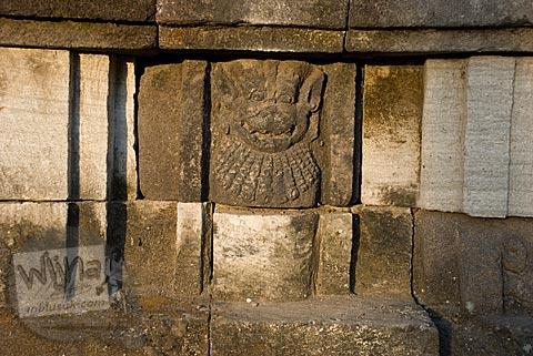 relief wajah singa atau wajah anjing di situs Candi Gana, Bugisan, Prambanan di tahun 2008