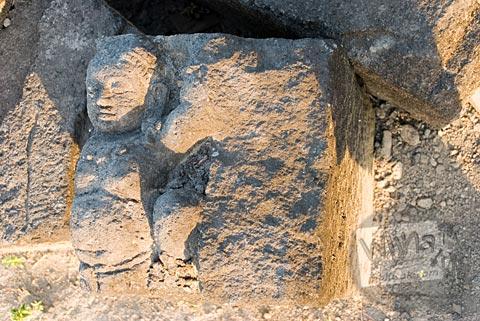 Relief dewa yang ada di situs Candi Gana, Bugisan, Prambanan di tahun 2008