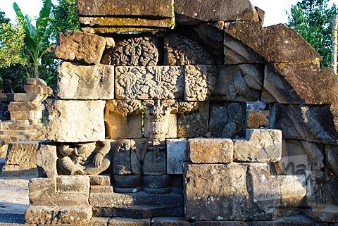 relief tanaman dan dewa di sisi kaki di situs Candi Gana, Bugisan, Prambanan di tahun 2008