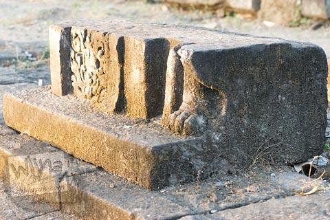relief kaki hewan karnivora di situs Candi Gana, Bugisan, Prambanan di tahun 2008