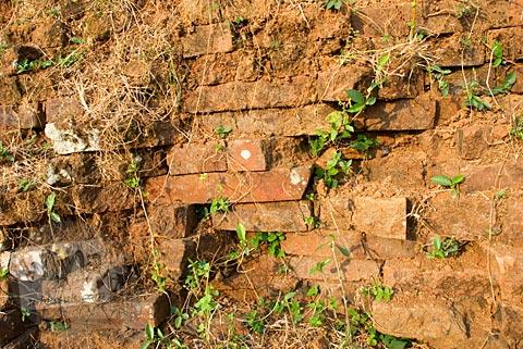 Susunan batu bata merah yang menyusun Candi Abang, Berbah pada Juli 2008