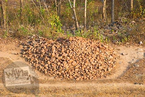 Tumpukan pecah-pecahan batu bata merah penyusun Candi Abang, Berbah pada Juli 2008
