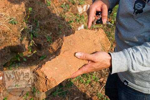 Wujud pecahan batu bata merah penyusun Candi Abang, Berbah pada Juli 2008