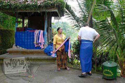 Foto Wisatawan Asing dihukum telanjang di Candi Gunung Kawi, Gianyar, Bali tahun 2009