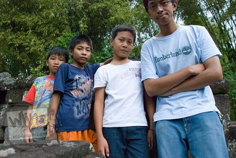 Foto Anak-anak desa di Candi Gunung Wukir, Magelang, pada tahun 2008