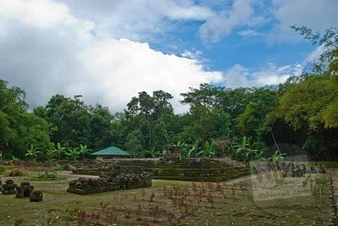 Foto tampak muka suasana Candi Gunung Wukir, Magelang, pada tahun 2008
