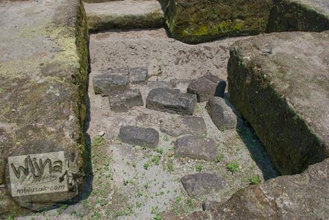 Foto batu-batu candi yang masih terpendam di situs Candi Kadisoka, Purwomartani, Kalasan, Sleman, Yogyakarta di tahun 2009