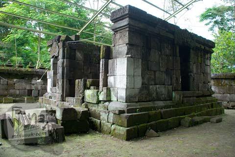 Foto percobaan penyusunan bilik induk Candi Kedulan, Kalasan, Yogyakarta pada Januari 2009