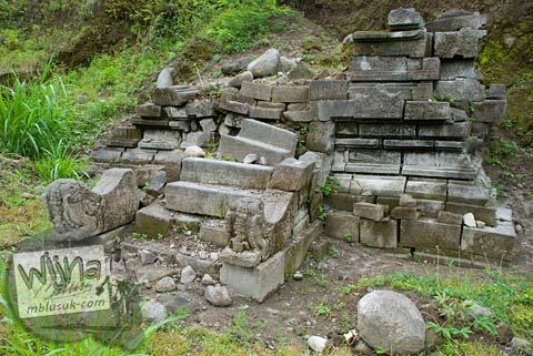Foto Candi perwara yang masih terkubur di Candi Kedulan, Kalasan, Yogyakarta pada Januari 2009