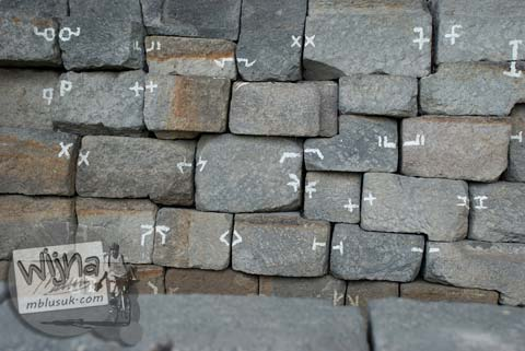 Foto puzzle batu purba di Candi Kedulan, Kalasan, Yogyakarta pada Januari 2009