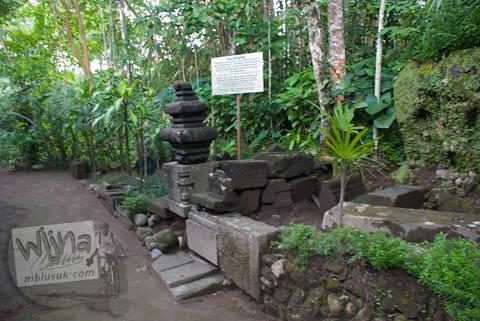 Batu-batu purbakala bertuah di Candi Lumbung Sengi, Dukun, Magelang, Jawa Tengah pada April 2009