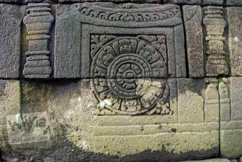 Relief Bunga yang menghiasi kaki Candi Lumbung Sengi, Dukun, Magelang, Jawa Tengah pada April 2009