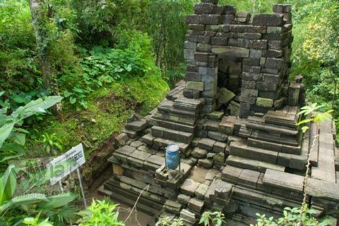 Foto penampakan Candi Lumbung Sengi sebelum dipindah lokasi di kecamatan Dukun, Magelang, Jawa Tengah pada April 2009
