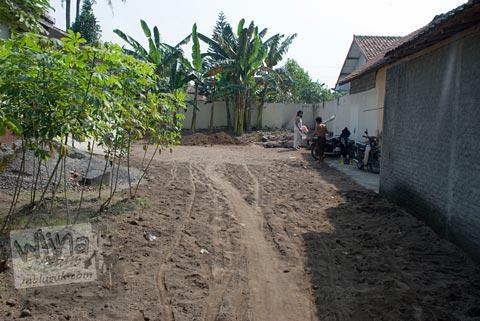 lokasi penemuan batu-batu candi di halaman kantor kecamatan Prambanan, Jawa Tengah di tahun 2009