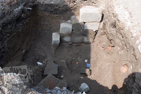 Lubang galian temuan batu candi kantor kecamatan Prambanan di tahun 2009