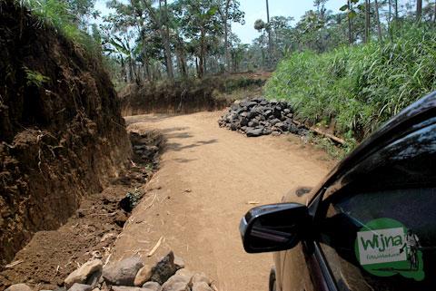 Jalan rusak parah menuju Candi Sumberawan di Toyomarto, Singosari, Malang, Jawa Timur