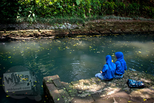 dua cewek sekolah berjilbab biru sedang berendam mandi di petirtaan watugede malang di tahun 2011