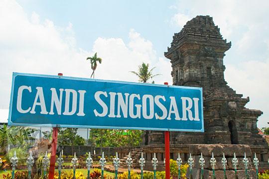 Papan nama obyek wisata sejarah dan budaya Candi Singosari, Malang pada tahun 2011