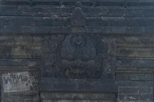 Relief Kala terukir bagus di puncak Candi Singosari, Malang pada tahun 2011