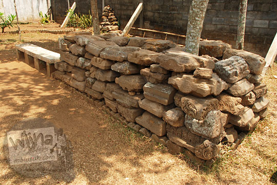 Sejumlah batu-batu cokelat yang merupakan batu penyusun candi Ringgit dan candi Papak ditempatkan di halaman Candi Singosari, Malang pada tahun 2011
