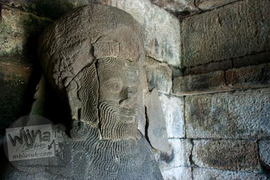 foto close-up tampak dekat wajah arca agastya di salah satu relung badan Candi Singosari, Malang pada tahun 2011