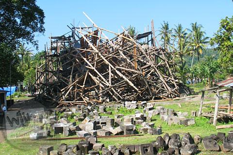 Foto Candi Sojiwan yang runtuh terkena dampak gempa bumi Yogyakarta - Jawa Tengah pada tahun 2006