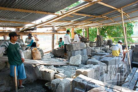 Foto Suasana pemugaran bagian badan Candi Sojiwan, Kebondalem Kidul, Prambanan, Klaten, Jawa Tengah zaman dulu di tahun 2008