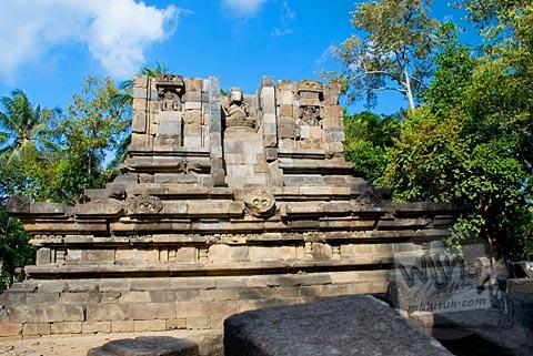 Foto proses pemugaran Candi Merak, Karangnongko, Klaten, Jawa Tengah jaman dulu di tahun 2008