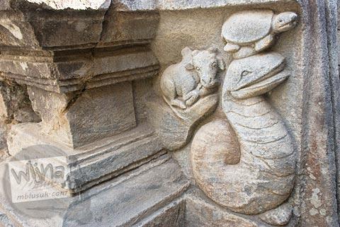 Foto relief pada yoni induk di situs Candi Merak, Karangnongko, Klaten, Jawa Tengah zaman dulu di tahun 2008